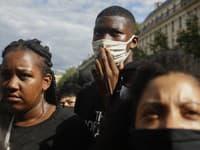 Tisíce ľudí v sobotu protestovali v centre Paríža proti údajnému rasizmu a násiliu v radoch polície.