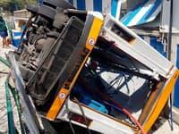Autobus na ostrove Capri prerazil aj zábradlie.