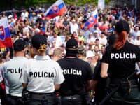 Demonštranti sú pred parlamentom aj v sobotu