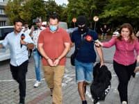 Zadržaný Pavol Ďurka prichádza v sprievode polície na Okresný súd (OS) Bratislava III