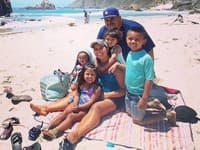 Daniel and Davy Macias so svojimi štyrmi deťmi.