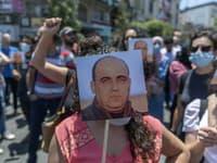 Demonštranti držiaci fotku Nizara Banata