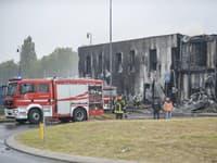 Hasiči zasahujú na mieste, kde sa zrútilo malé lietadlo na predmestí Milána San Donato Milanese