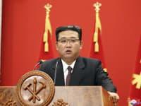 Kim Čong-un počas prehliadky vojska v Severnej Kórei