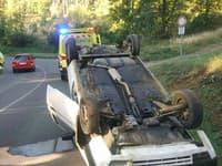 Auto po nehode skončilo na streche