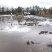 Vodičom cestu odrezal silný prúd vody.