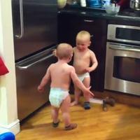 Chlapček rozhadzuje rukami ako dospelák
