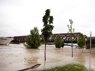 Zaplavená časť dunajského nábréžia za bratislavským nákupným centrom Eurovea