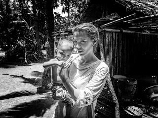 KAMBODŽA 2017. Denisa Augustínova s podvyživeným dieťaťom.