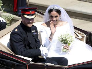 f2fcc46afec4 Po skončení obradu sa princ Harry a Meghan Markle previezli v kočiari a  pozdravili všetkých sledovateľov
