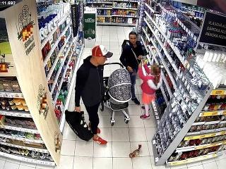 FOTO Nakupovali bez platenia  Alkohol a potraviny hádzali do kočíka f1bd59b9d78