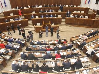 Poslanci odštartovali vypočúvanie kandidátov