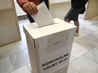 Volič vhadzuje hlasovací lístok do volebnej schránky počas doplňujúcich volieb primátora v Nemšovej