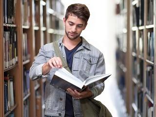 Vysokoškolák v knižnici