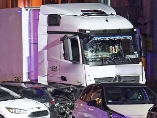Nákladné auto v Nemecku vrazilo do áut