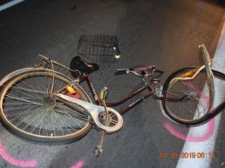 Cyklista spadol policajtom rovno