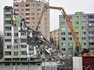 Tretí deň demolácie bytovky