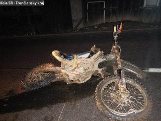 Vodič na motocykli spadol