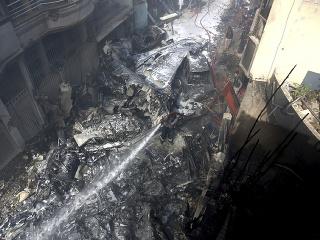 Vyšetrovatelia prehľadávajúci miesto havárie pakistanského lietadla v meste Karáči našli vo štvrtok druhú čiernu skrinku, záznamník hlasov z kokpitu stroja.