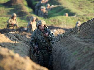 Na snímke zo 14. júla 2020 arménski vojaci v azerbajdžanskom regióne Tovuš. Najmenej štyria azerbajdžanskí vojaci prišli o život počas dvoch dní bojov zahŕňajúcich tanky a delostrelectvo na hraniciach Azerbajdžanu s Arménskom.