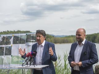 Na snímke vľavo minister
