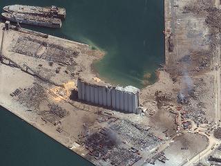 Po výbuchu zostala v prístave obrovská jama.