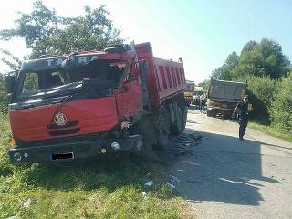 Dve nákladné autá sa