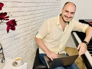 Jozef Hollý je slovenský klavirista, skladateľ, inštrumentalista, šoumen a spevák