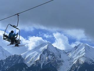 Lyžiari počas lyžovačky v