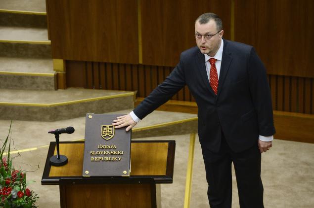 Milan Krajniak skladá poslanecký