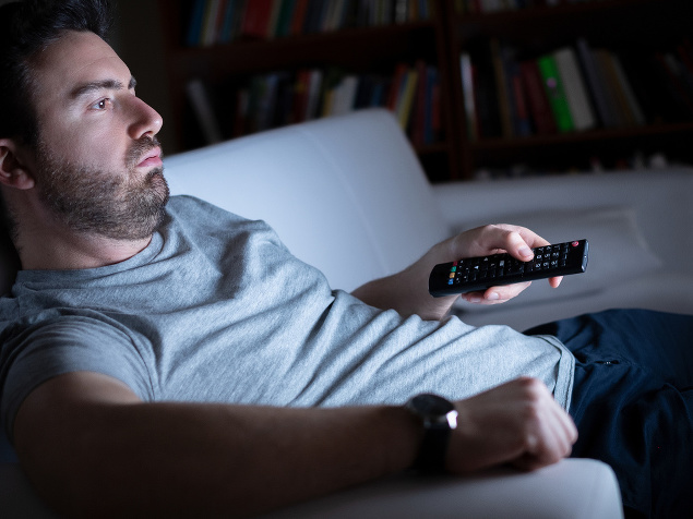 lenivý muž na gauči