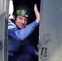 Chris Coe, jeden z 15 prepustených britských námorníkov z iránskeho zajatia, máva z helikoptéry po jeho prílete na letisku Heathrow.
