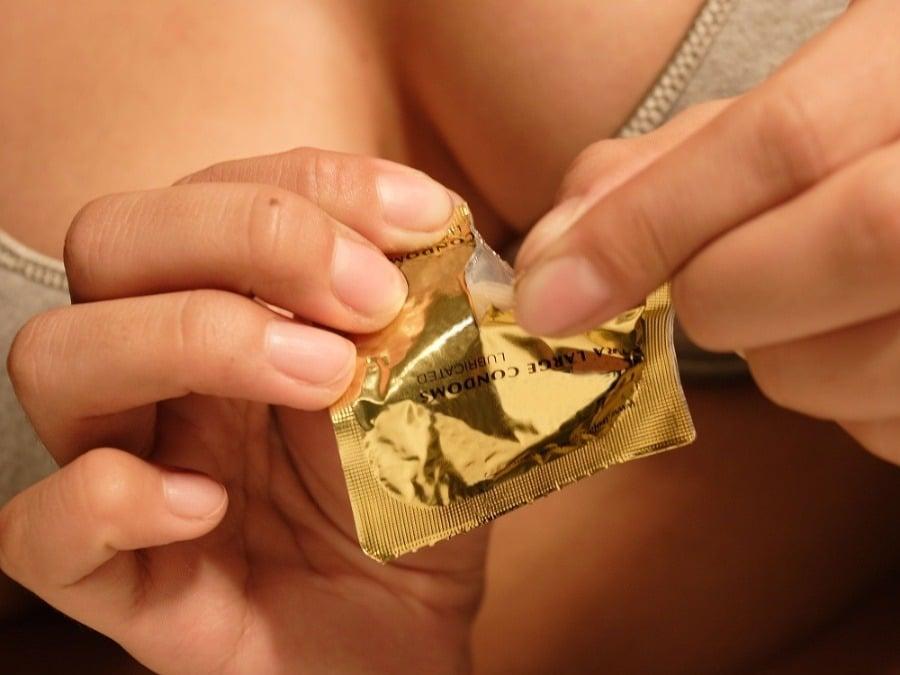 Трахает в презервативе видна, смотреть онлайн шарики в анале