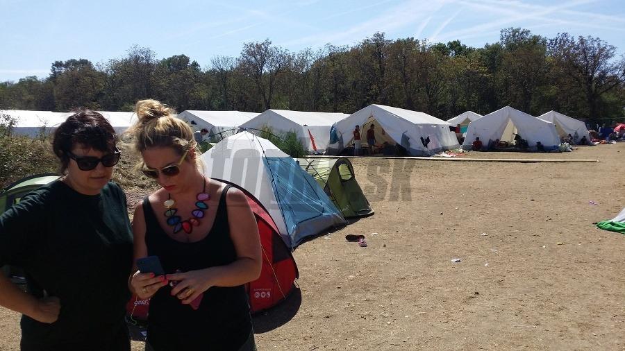 595afc2d074d Nemilé prekvapenie v kauze utečencov  Oblečenie od darcov rozhádzané ...