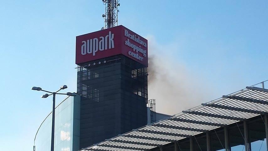 FOTO Hasiči zasahovali v bratislavskom Auparku  Vo vnútri sa ... 2c458141aaa