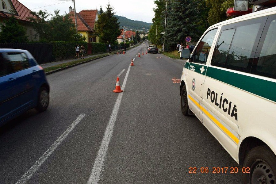 414f826d1 FOTO Nehoda v Nitre, vodič Mercedesu zrazil dvoch cyklistov: Polícia ...