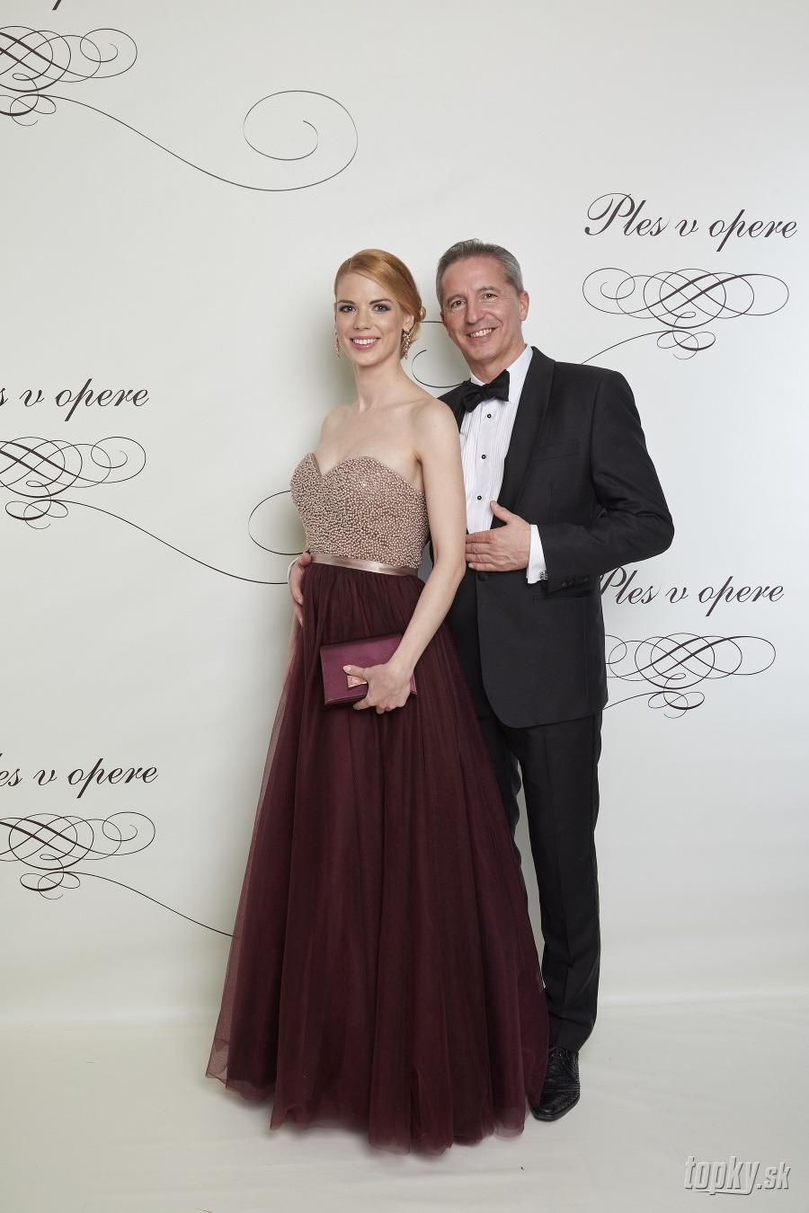 Ples v opere 2018  Plesové šaty prominentných Sloveniek... Prvé ... 75e1030a04