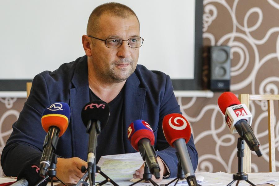 Polícia zatkla známeho aktivistu, ktorý obvinil poslanca Smeru z domáceho týrania manželky | Topky.sk