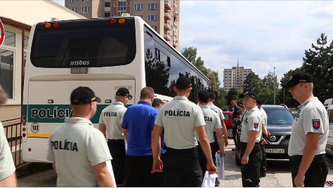 VIDEO Korupcia v slovenskom futbale: NAKA zadržala až 20 osôb, previezť ich musel autobus | Topky.sk