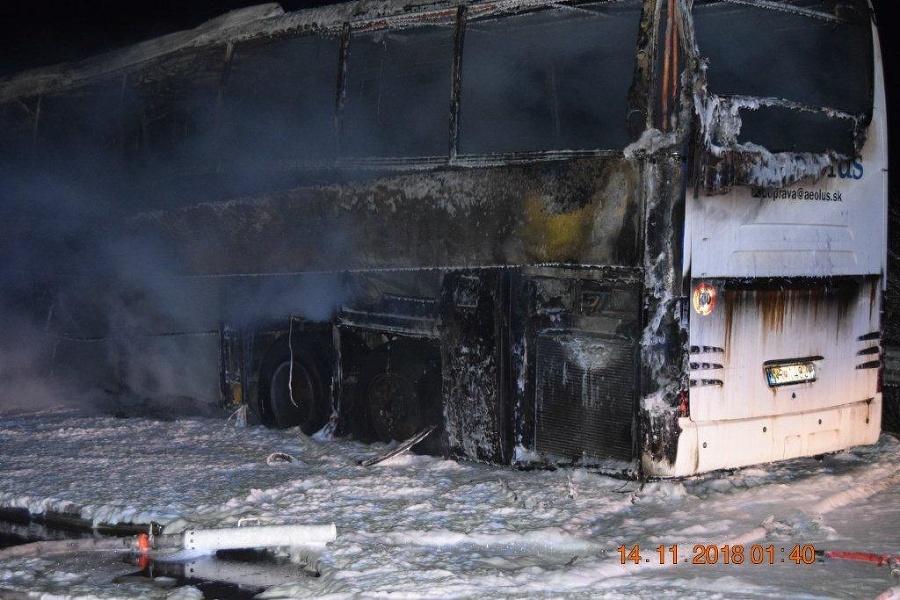 Nočná dráma na R1! VIDEO Autobus zhorel do tla c52e02a5428
