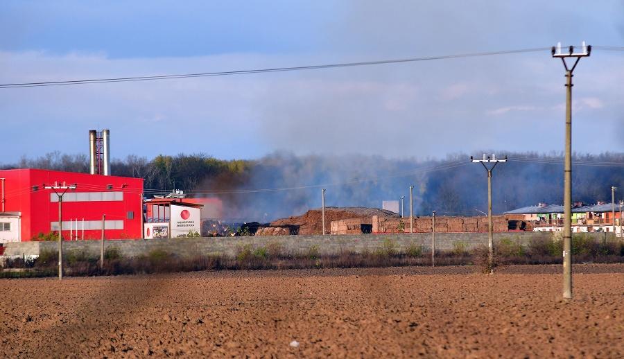 FOTO Veľký požiar v Trebišove  Horí sklad sena pre miestnu tepláreň ... e16804ba67d