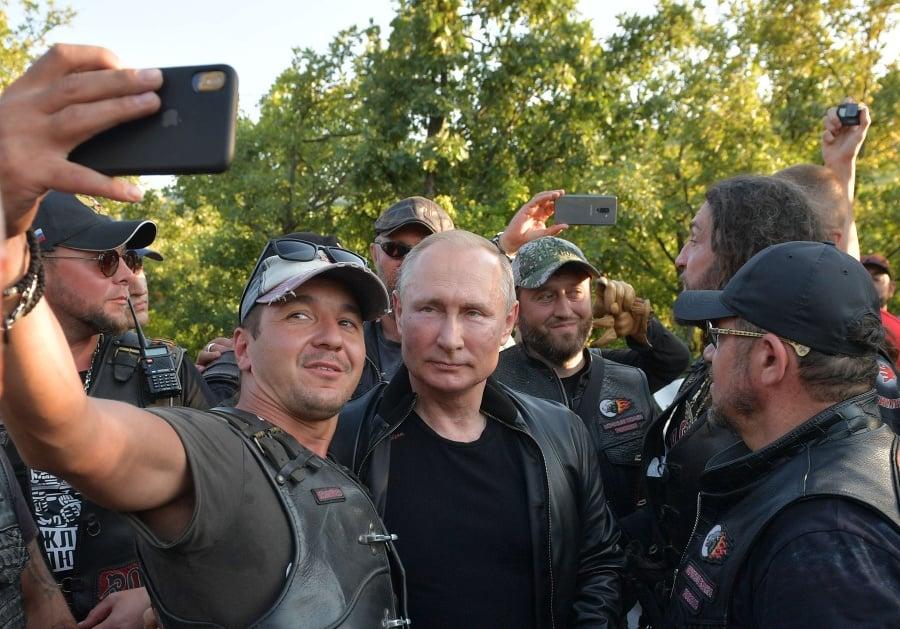 Putin čestným hosťom na zjazde Nočných vlkov: FOTO Nahodil koženku a sadol na motorku | Topky.sk