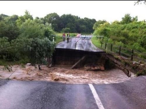Voda strhla most medzi
