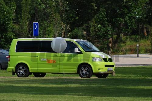 Minivan privážajúci hostí