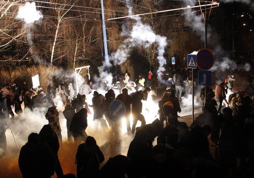 Polícia zasiahla proti demonštrantom