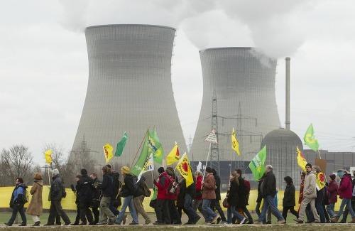 Aktivisti počas protestu proti