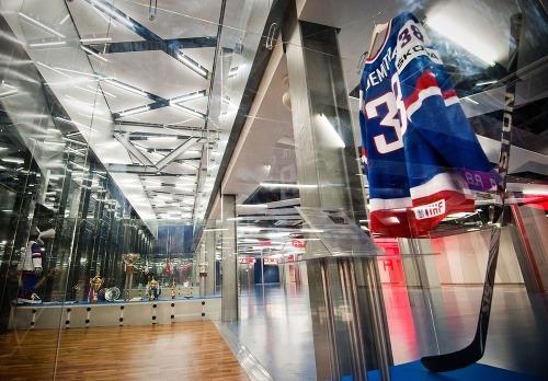 Hokejka a dres zosnulého