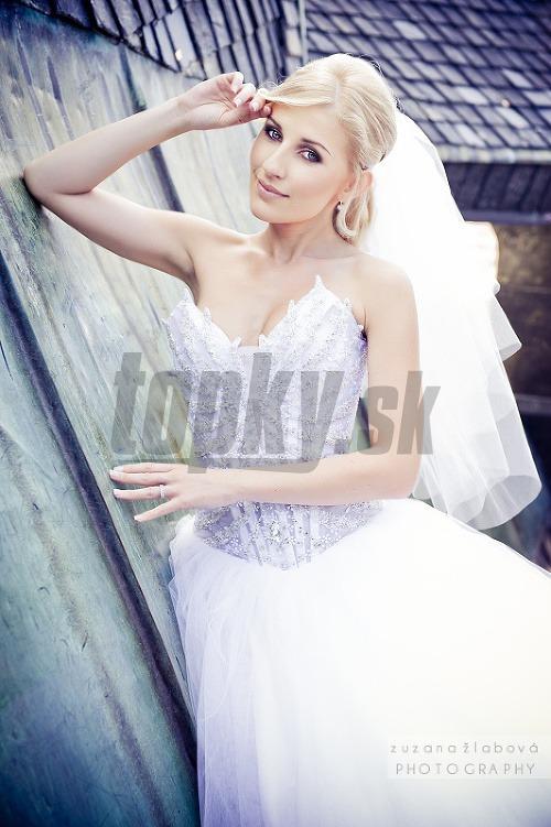 Krásna blondínka Monika si