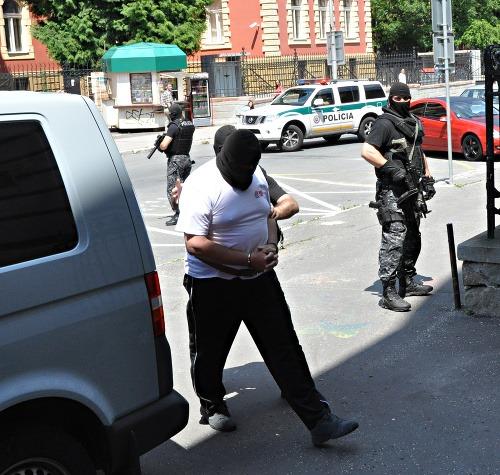 Strelca odviedla polícia.