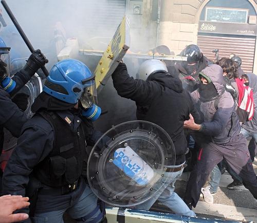 Rozzúrení demonštranti v Európe